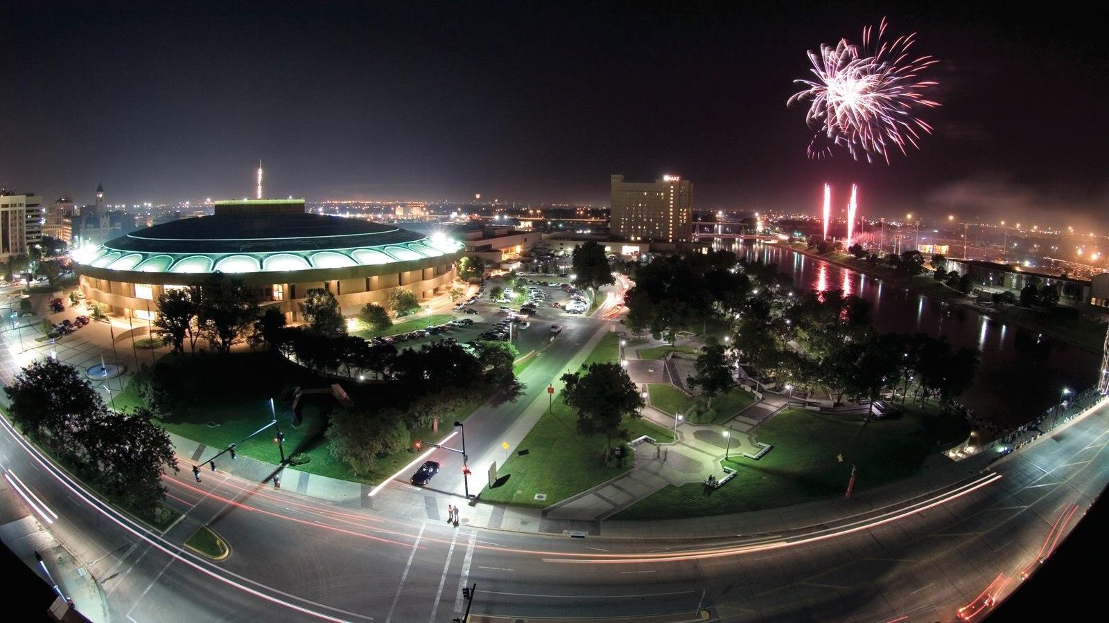 Wichita mostrando paisagem, um festival e cenas noturnas