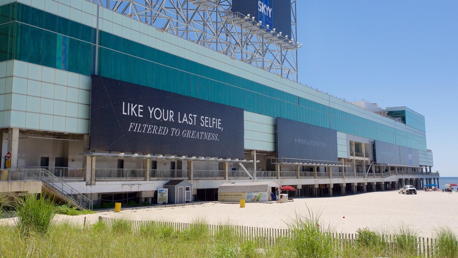 Atlantic City mostrando uma praia, sinalização e arquitetura moderna