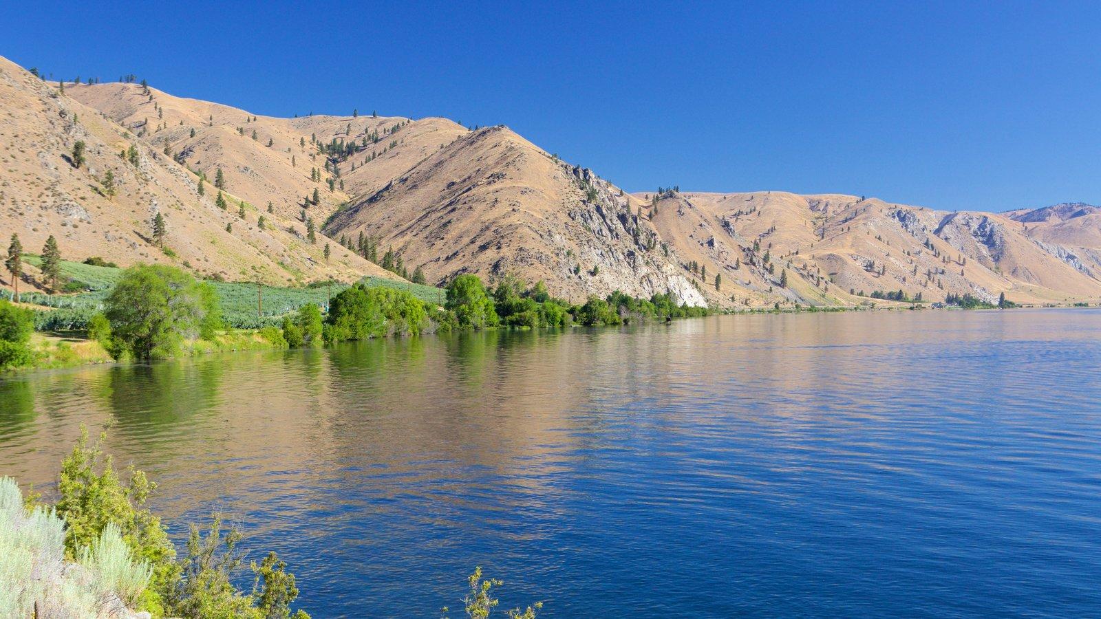 Wenatchee - Lake Chelan mostrando um lago ou charco e montanhas
