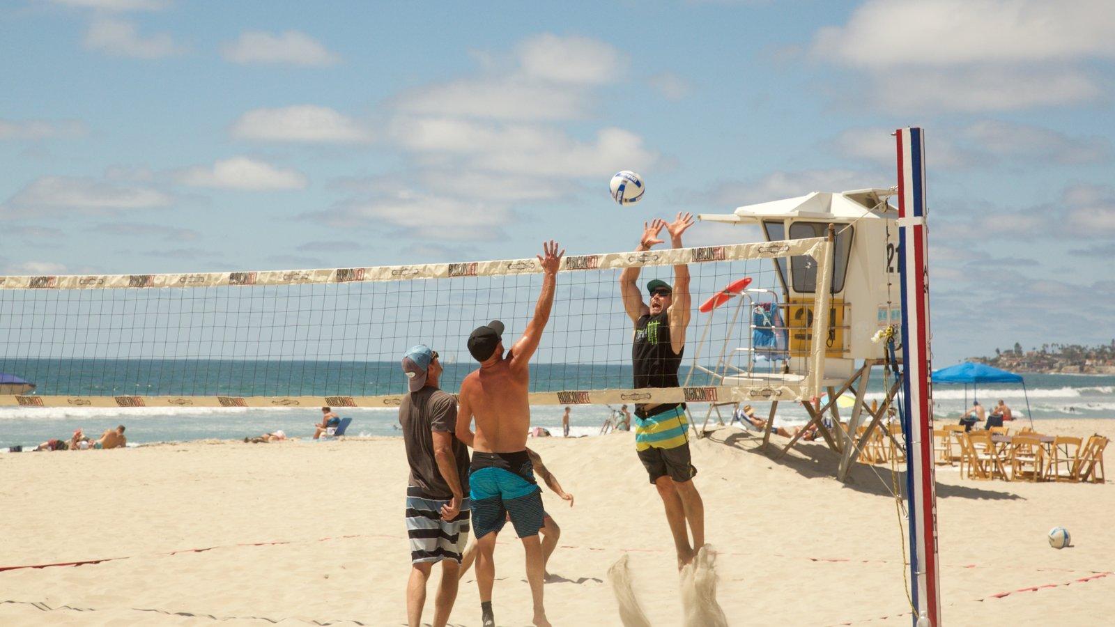 Pacific Beach Park caracterizando um evento desportivo e uma praia assim como um pequeno grupo de pessoas