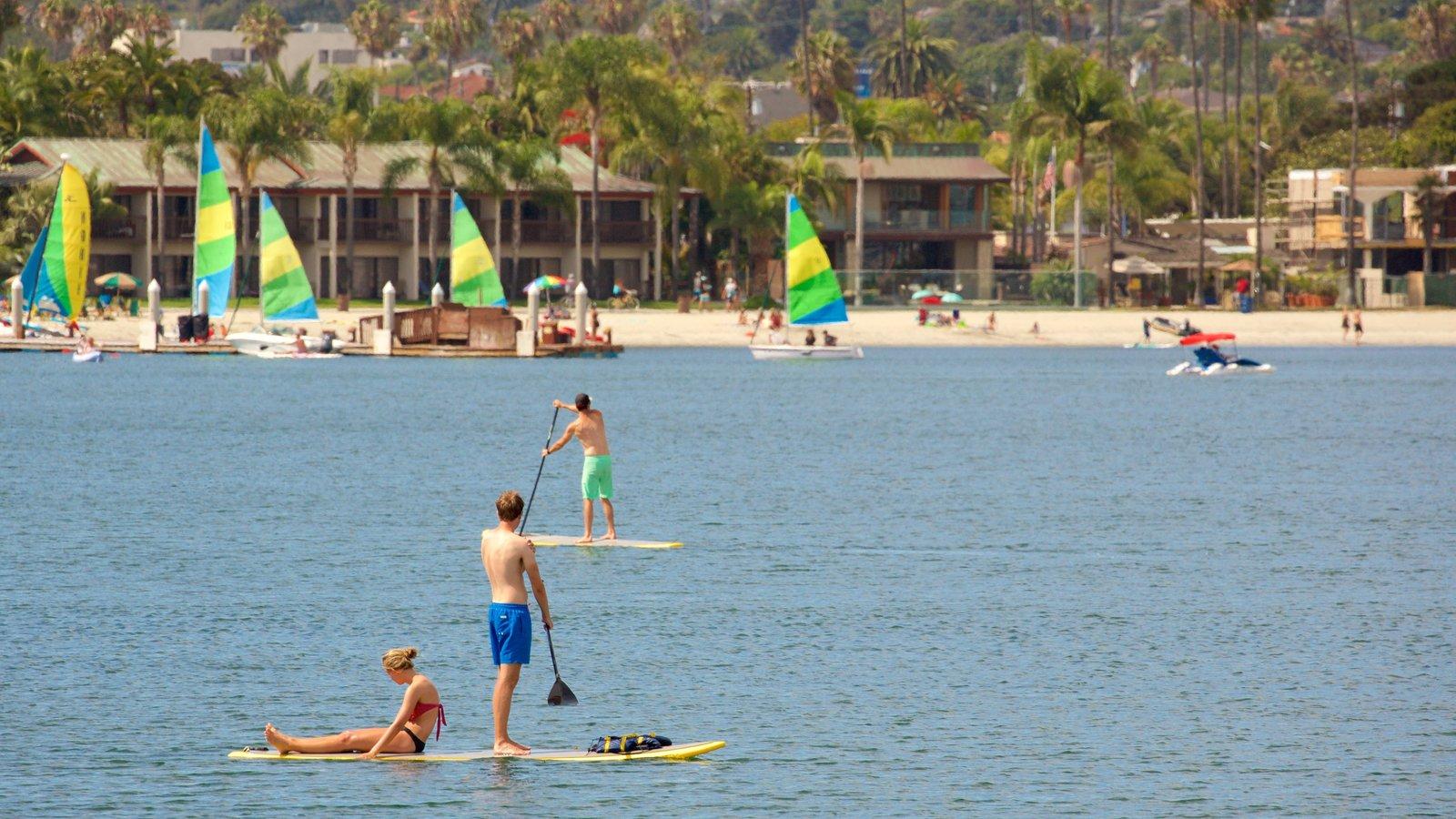 Mission Bay que inclui paisagens litorâneas, esportes aquáticos e uma praia de areia