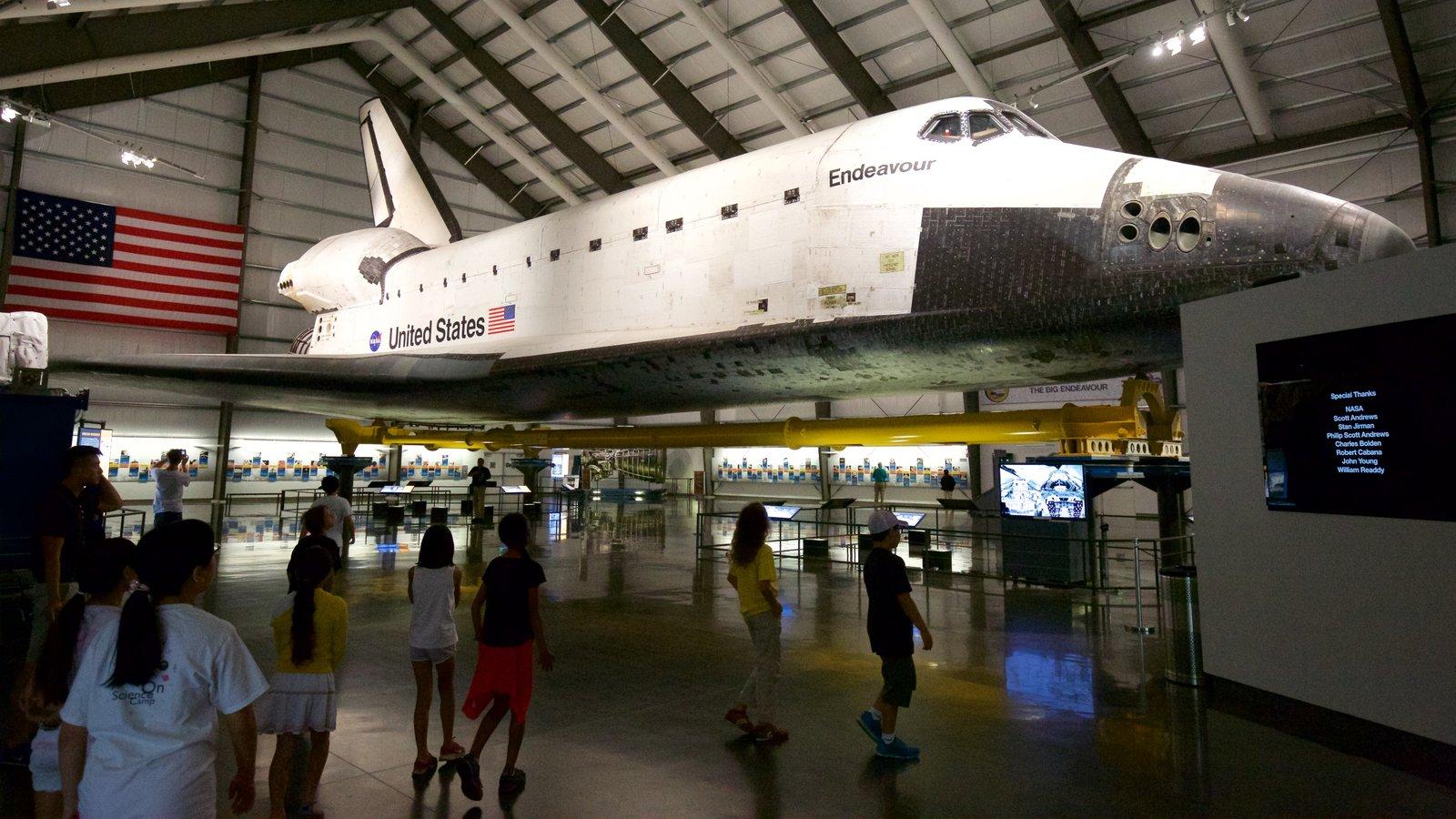 Museo California Science Center que incluye vistas interiores y aeronave y también niños