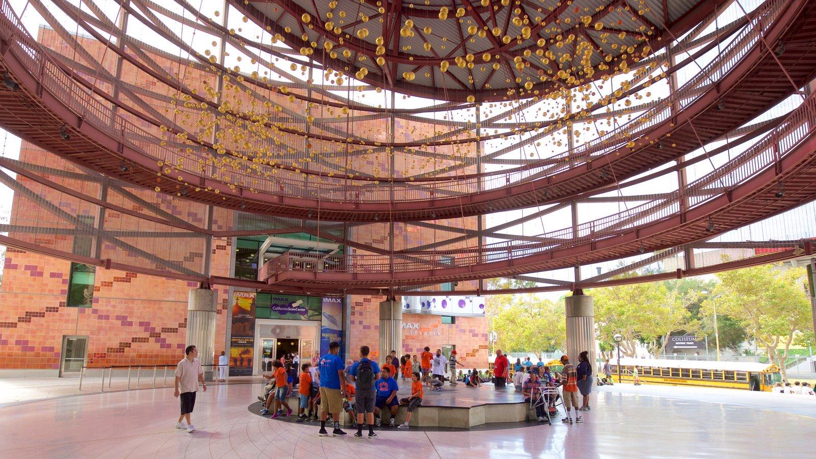 Museo California Science Center mostrando vistas interiores y también un gran grupo de personas
