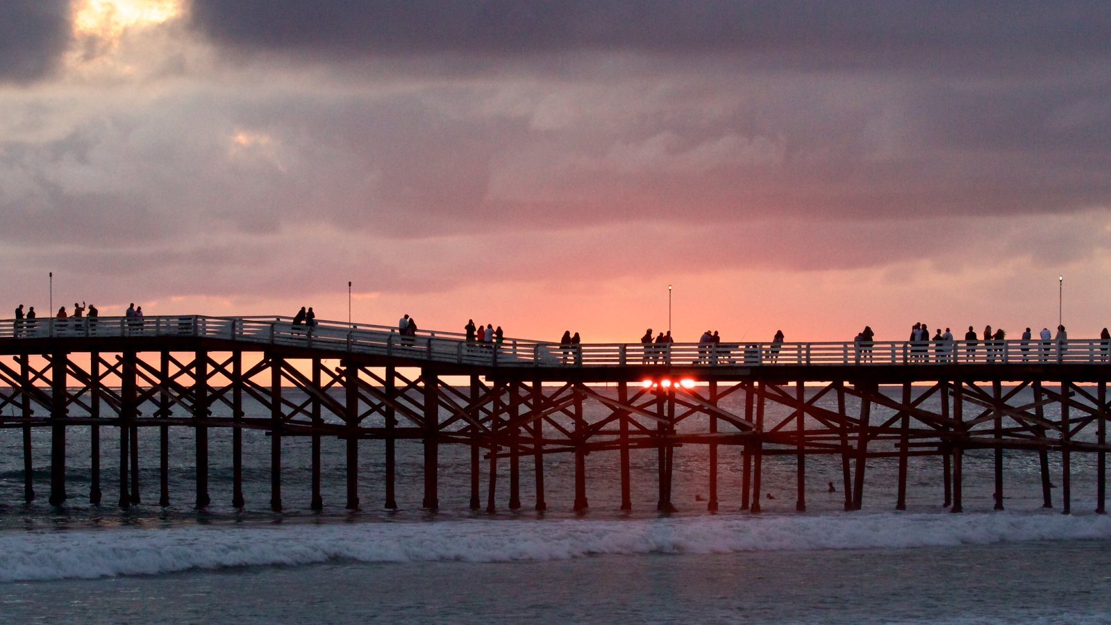 Pacific Beach Park que inclui um pôr do sol e uma praia