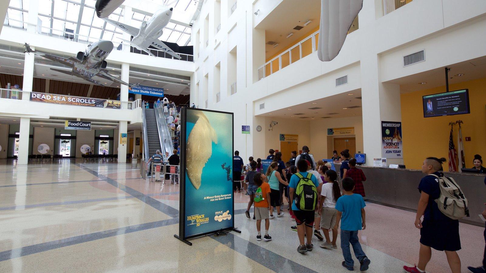 Museo California Science Center y también un pequeño grupo de personas