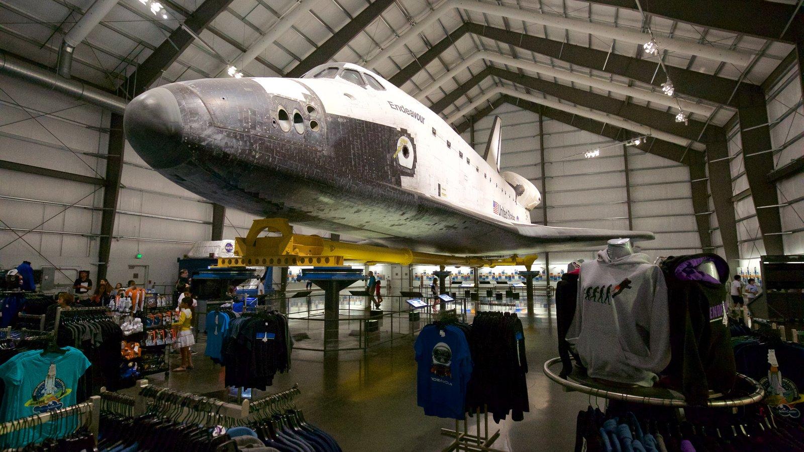 Museo California Science Center ofreciendo aeronave y vistas interiores