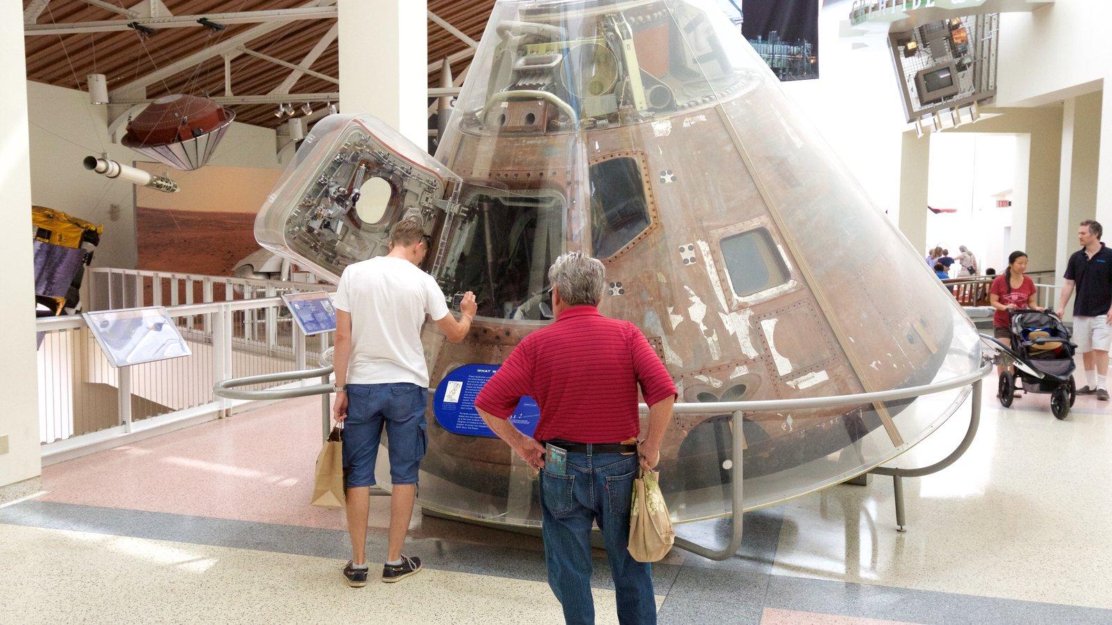 Museo California Science Center que incluye vistas interiores
