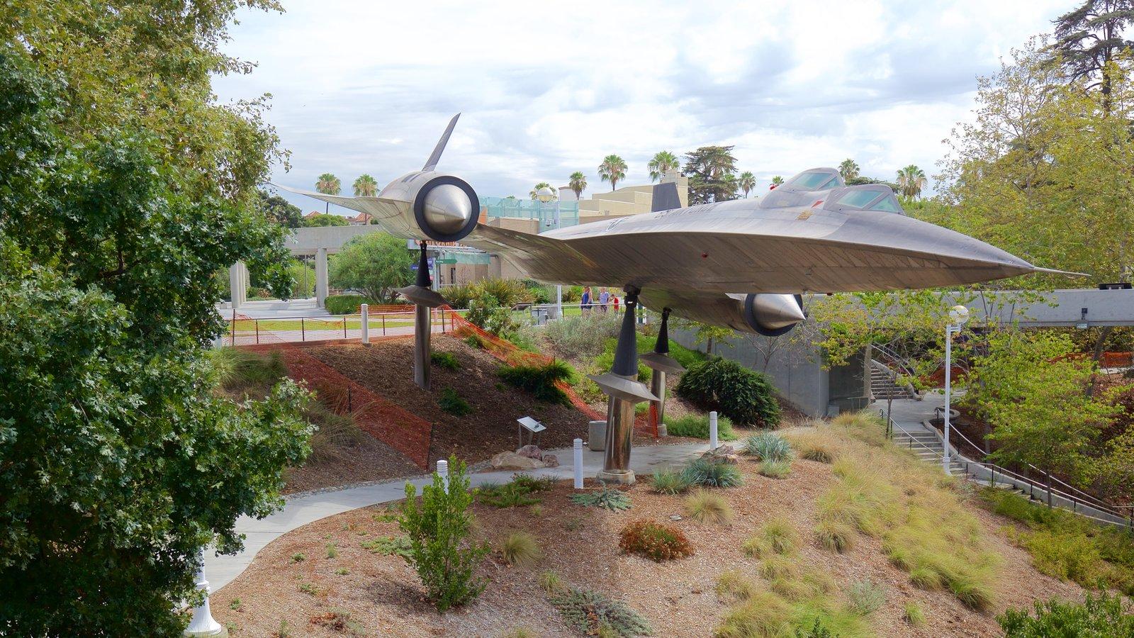 Museo California Science Center mostrando aeronave y un jardín