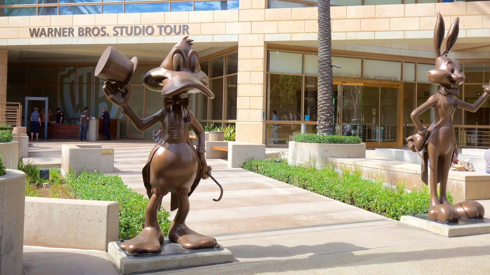Burbank que inclui uma estátua ou escultura