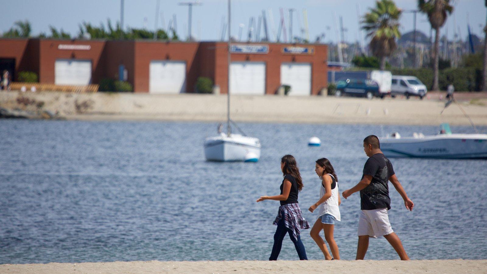 Mission Bay mostrando paisagens litorâneas assim como uma família