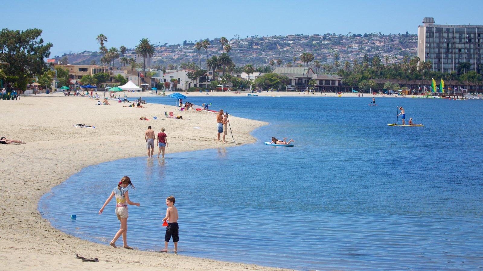 Mission Bay caracterizando uma praia de areia
