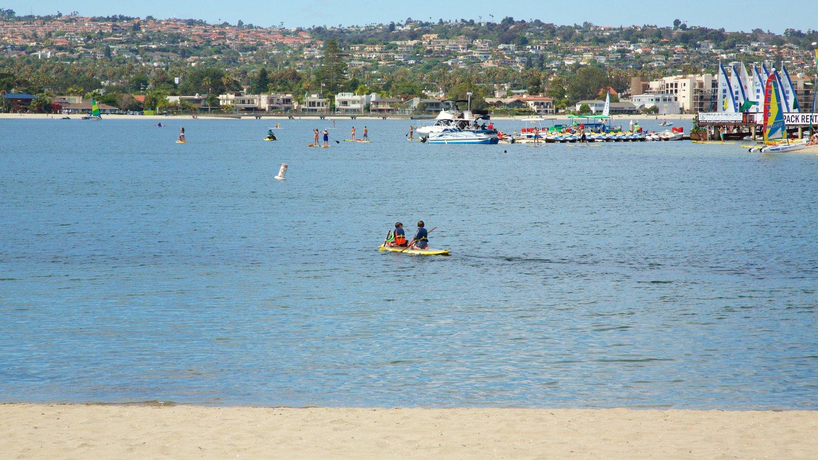 Mission Bay mostrando caiaque ou canoagem e uma praia de areia