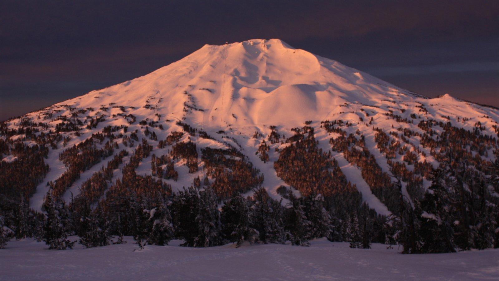 Mt Bachelor Ski Resort que incluye una puesta de sol, nieve y montañas