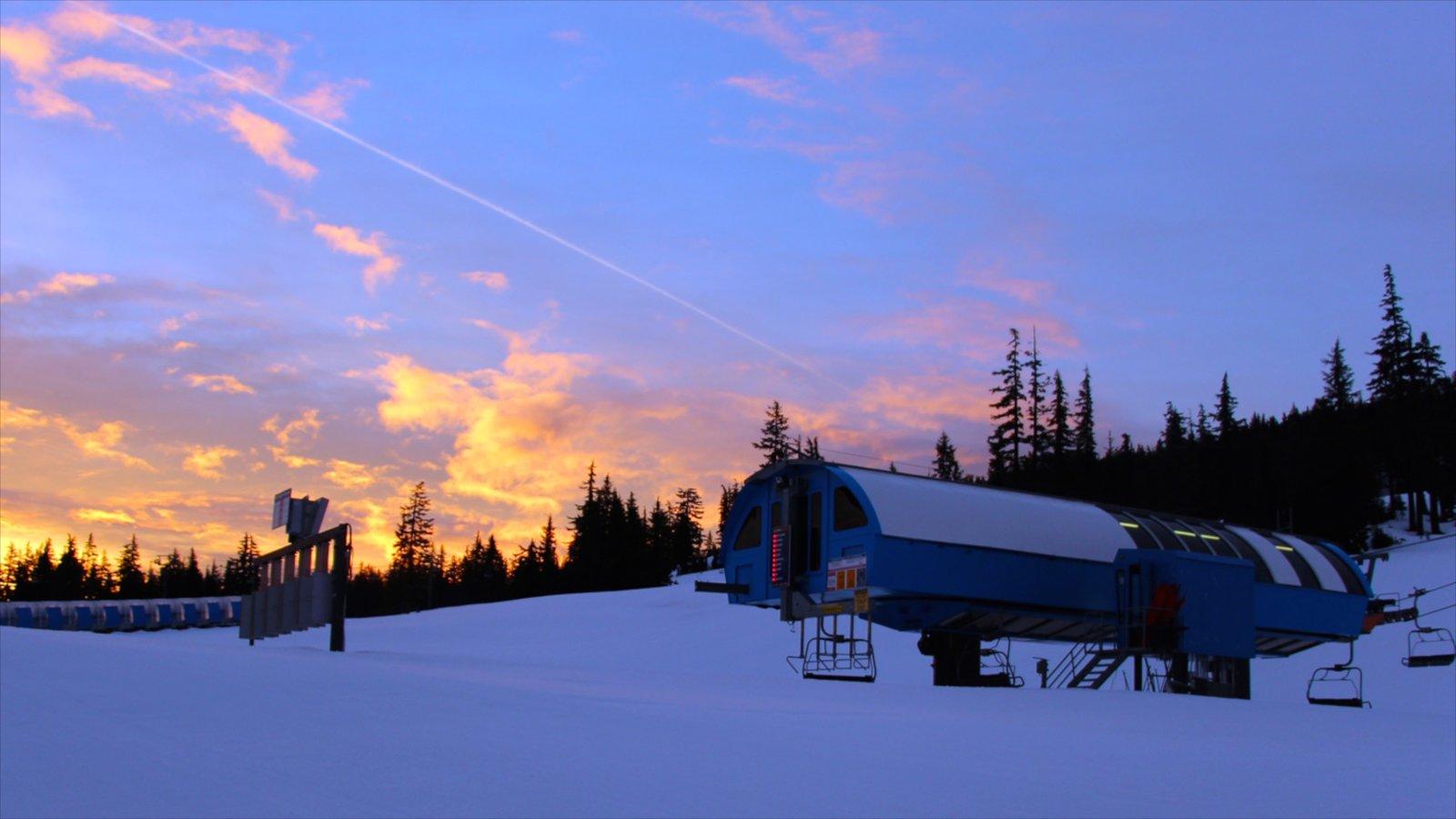 Mt Bachelor Ski Resort mostrando nieve y una puesta de sol