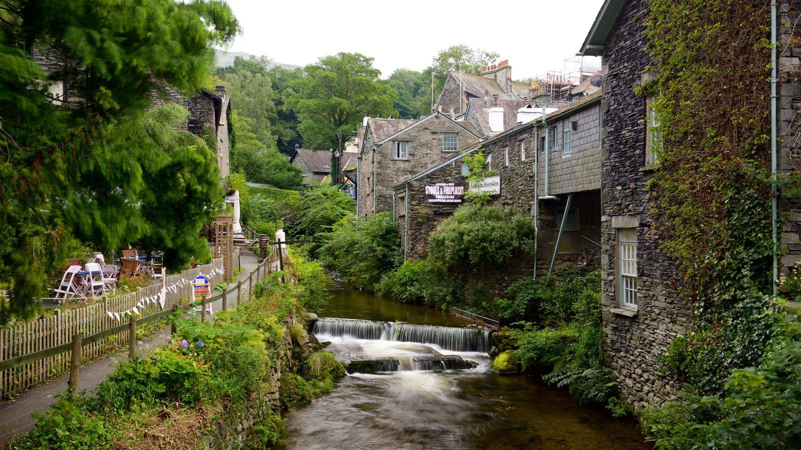 Ambleside que inclui um rio ou córrego, arquitetura de patrimônio e uma cidade pequena ou vila