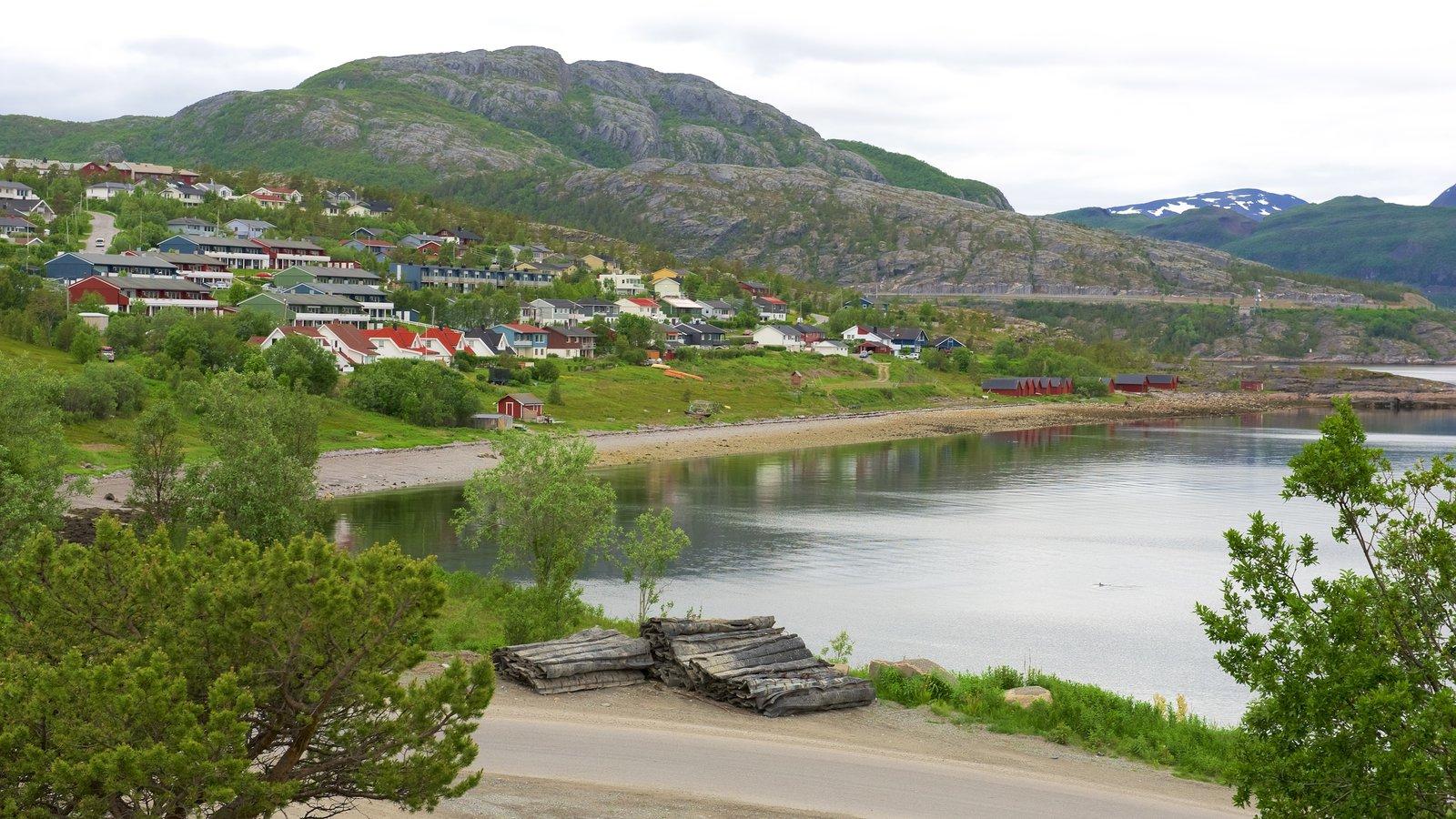 Alta mostrando un lago o abrevadero, montañas y una pequeña ciudad o pueblo