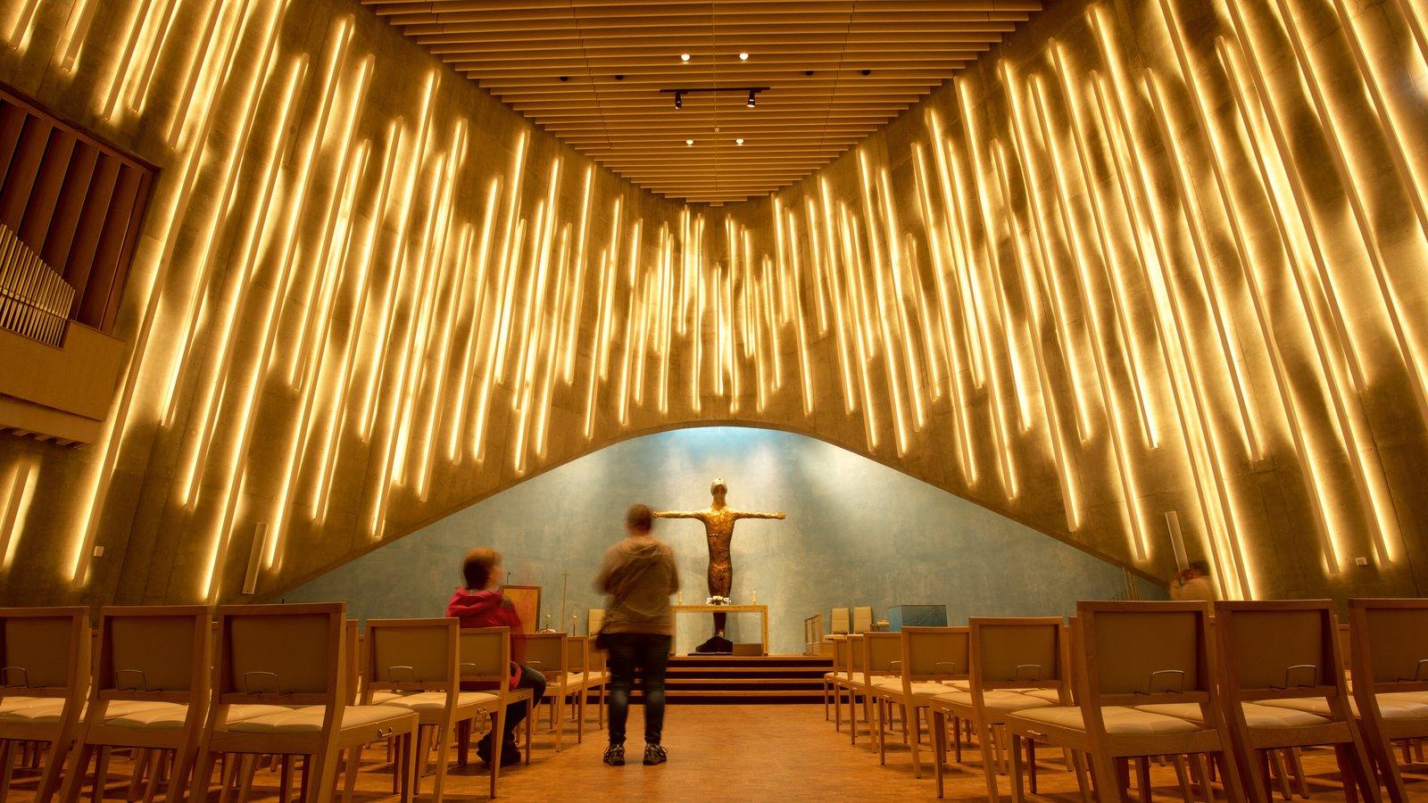 Alta ofreciendo arquitectura moderna y vistas interiores