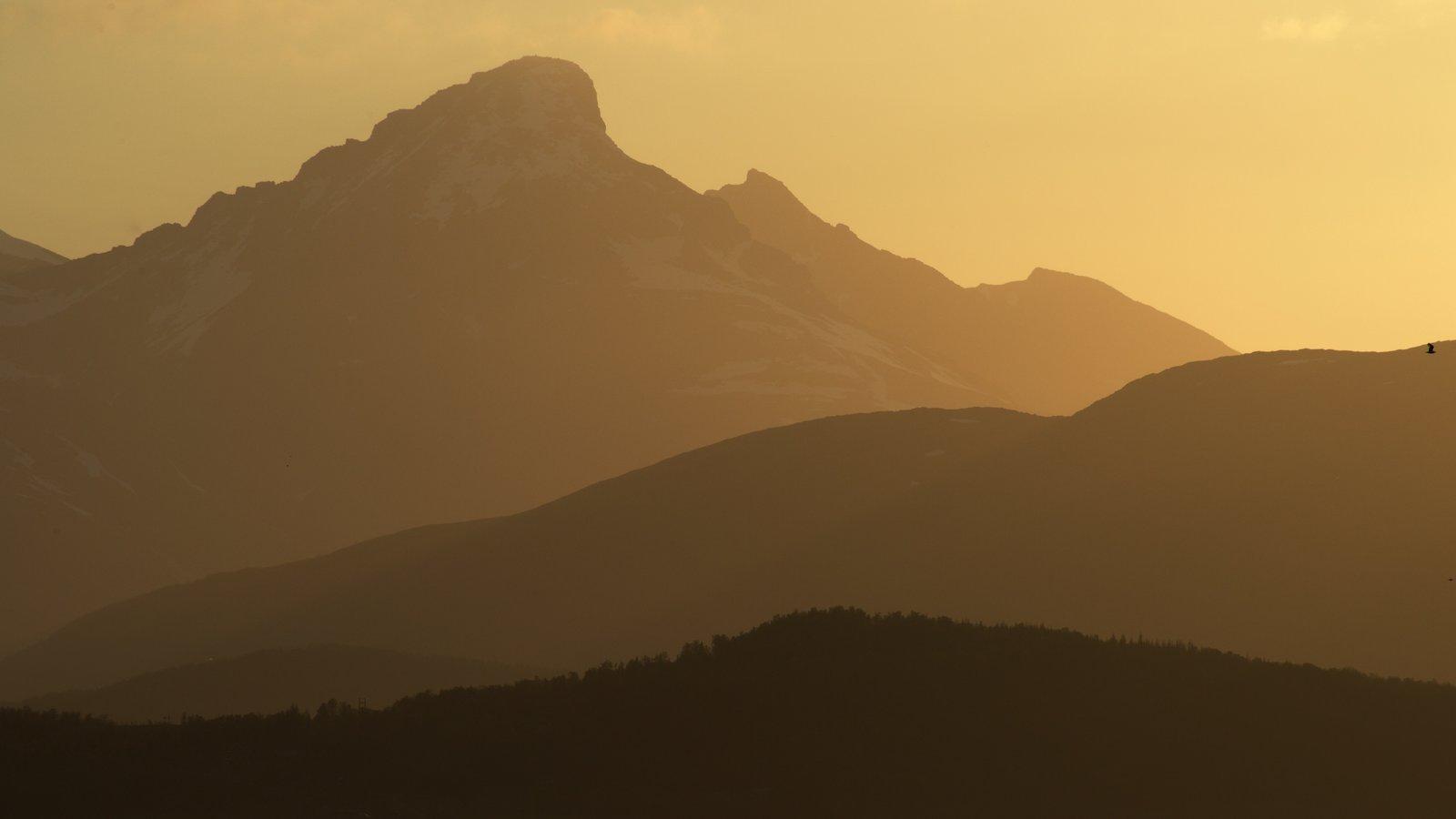 Tromso mostrando um pôr do sol e montanhas