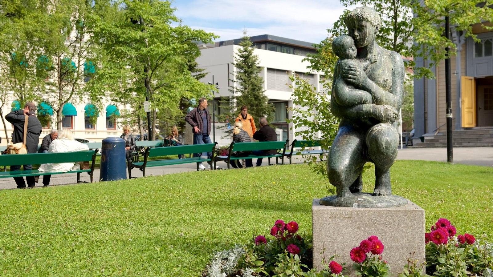 Catedral de Tromso caracterizando uma estátua ou escultura e um jardim