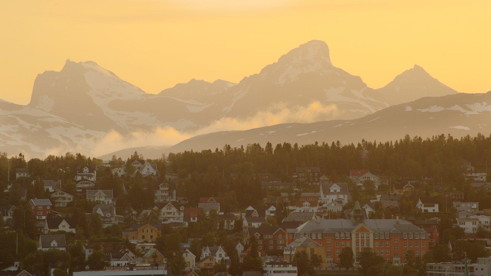 Tromso que inclui um pôr do sol, uma cidade pequena ou vila e montanhas