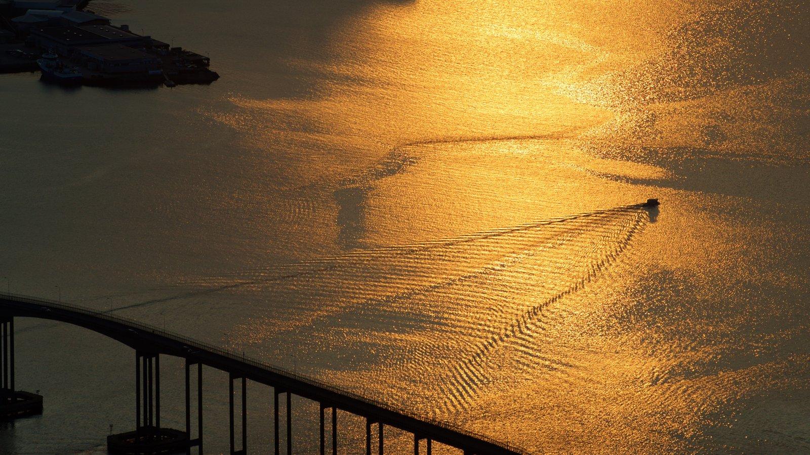 Tromso mostrando um pôr do sol e paisagens litorâneas