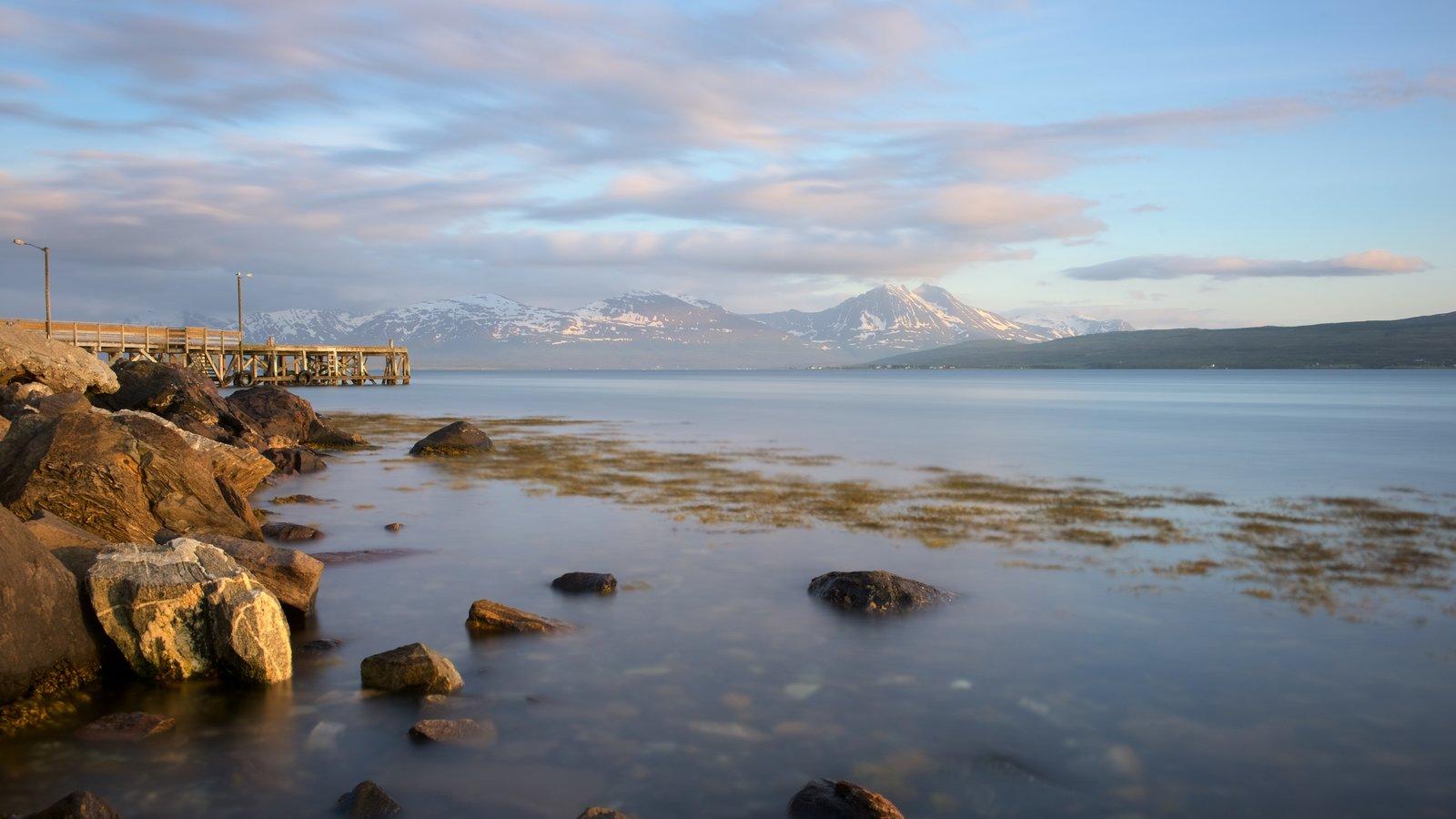 Tromso caracterizando um lago ou charco, paisagem e um pôr do sol