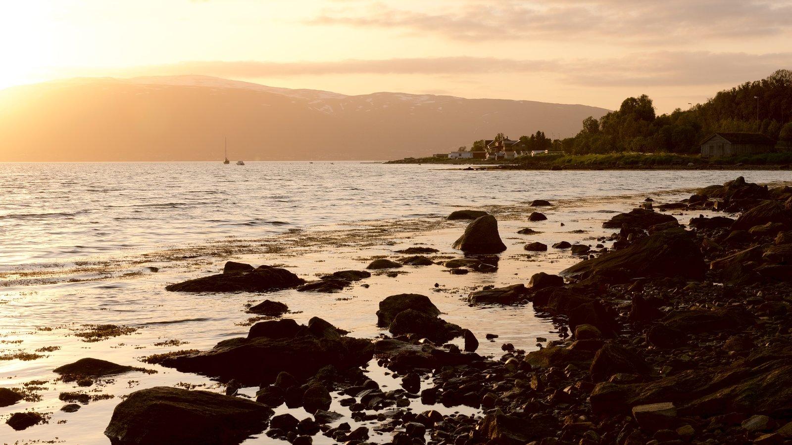 Tromso que inclui paisagem, montanhas e um pôr do sol