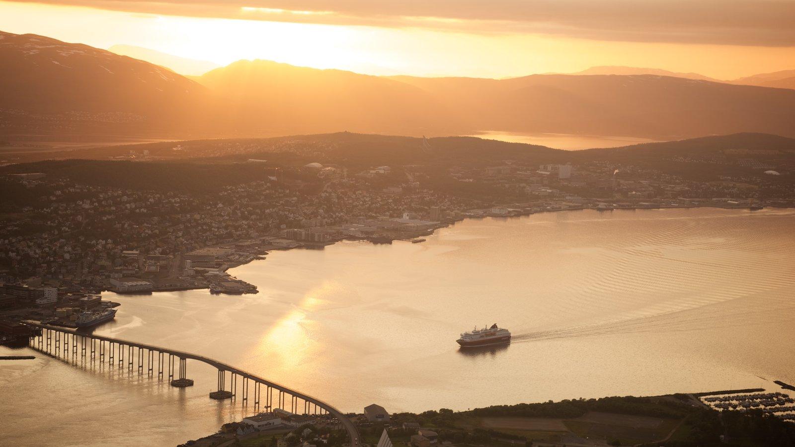 Tromso mostrando uma cidade pequena ou vila, um pôr do sol e um lago ou charco