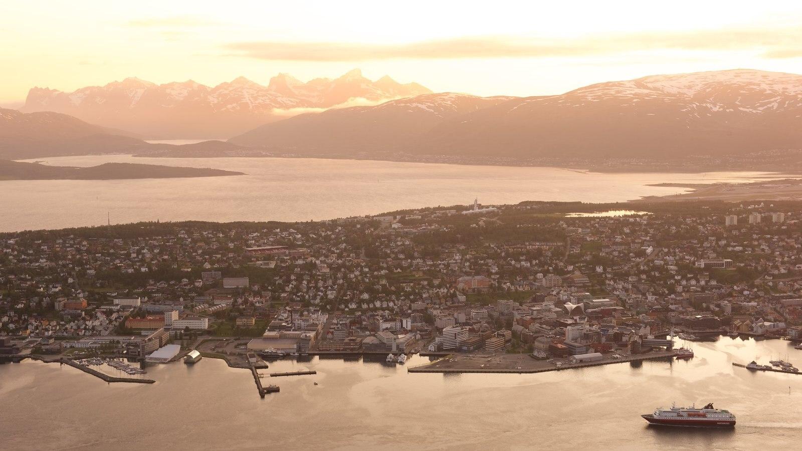 Tromso caracterizando um pôr do sol, canoagem e um lago ou charco