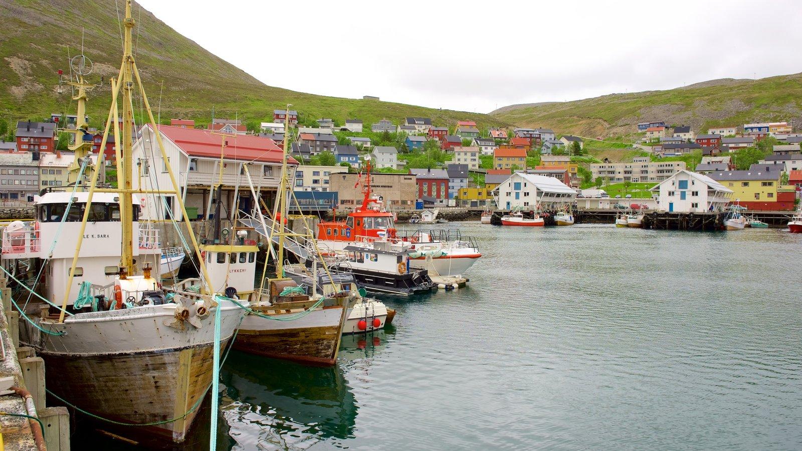 Puerto de Honningsvag ofreciendo una pequeña ciudad o pueblo y paseos en lancha