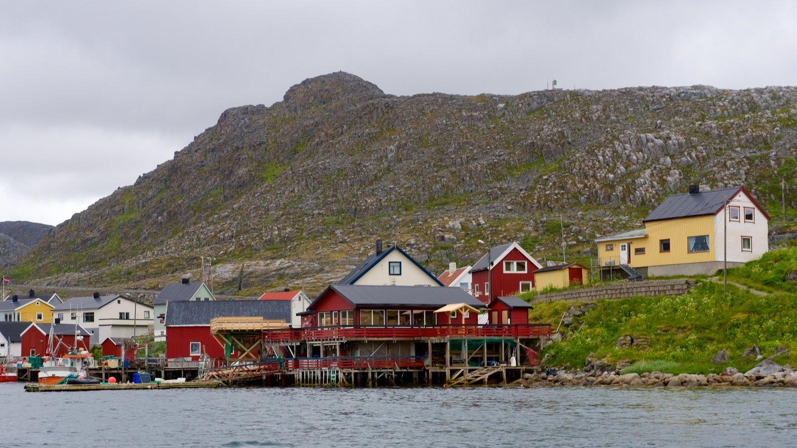 Nordkapp ofreciendo una pequeña ciudad o pueblo y montañas