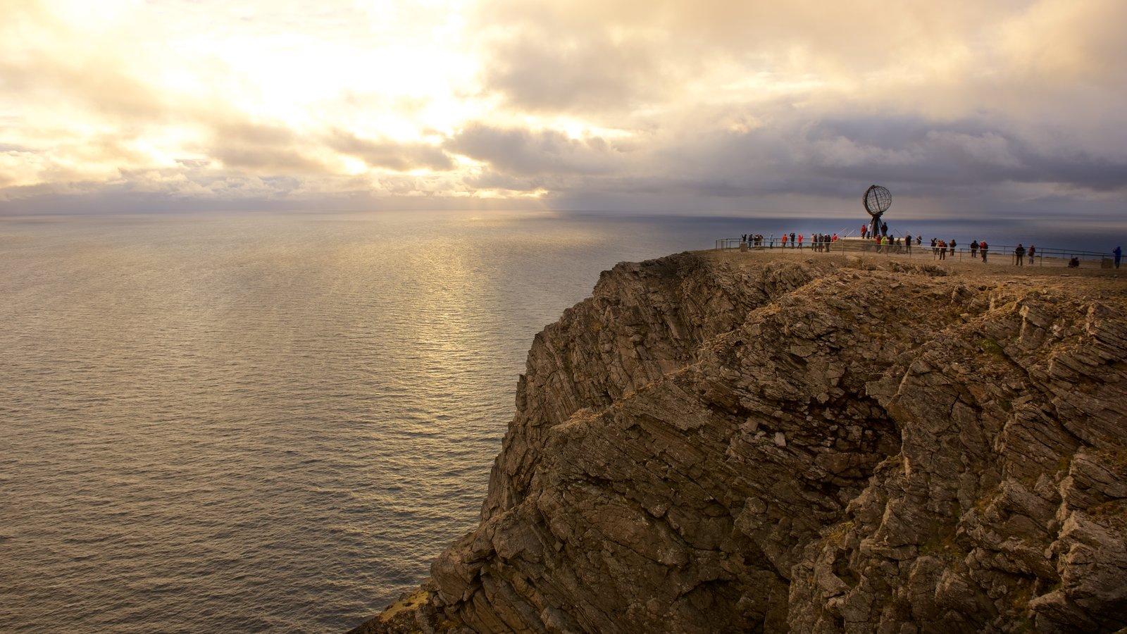 North Cape ofreciendo una puesta de sol, vistas generales de la costa y vistas