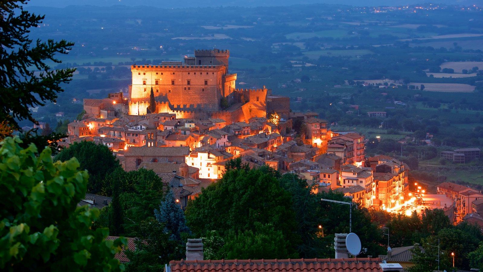 Soriano nel Cimino que inclui arquitetura de patrimônio, uma cidade e cenas noturnas