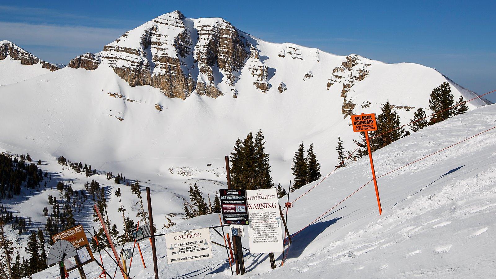 Jackson Hole Mountain Resort mostrando sinalização, montanhas e neve