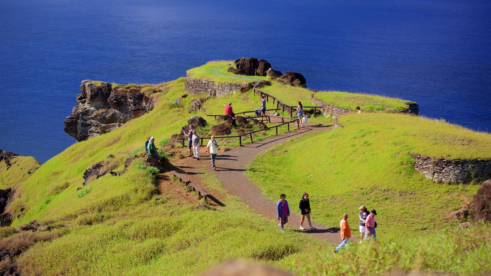 Isla de Pascua ofreciendo vistas generales de la costa y también un gran grupo de personas