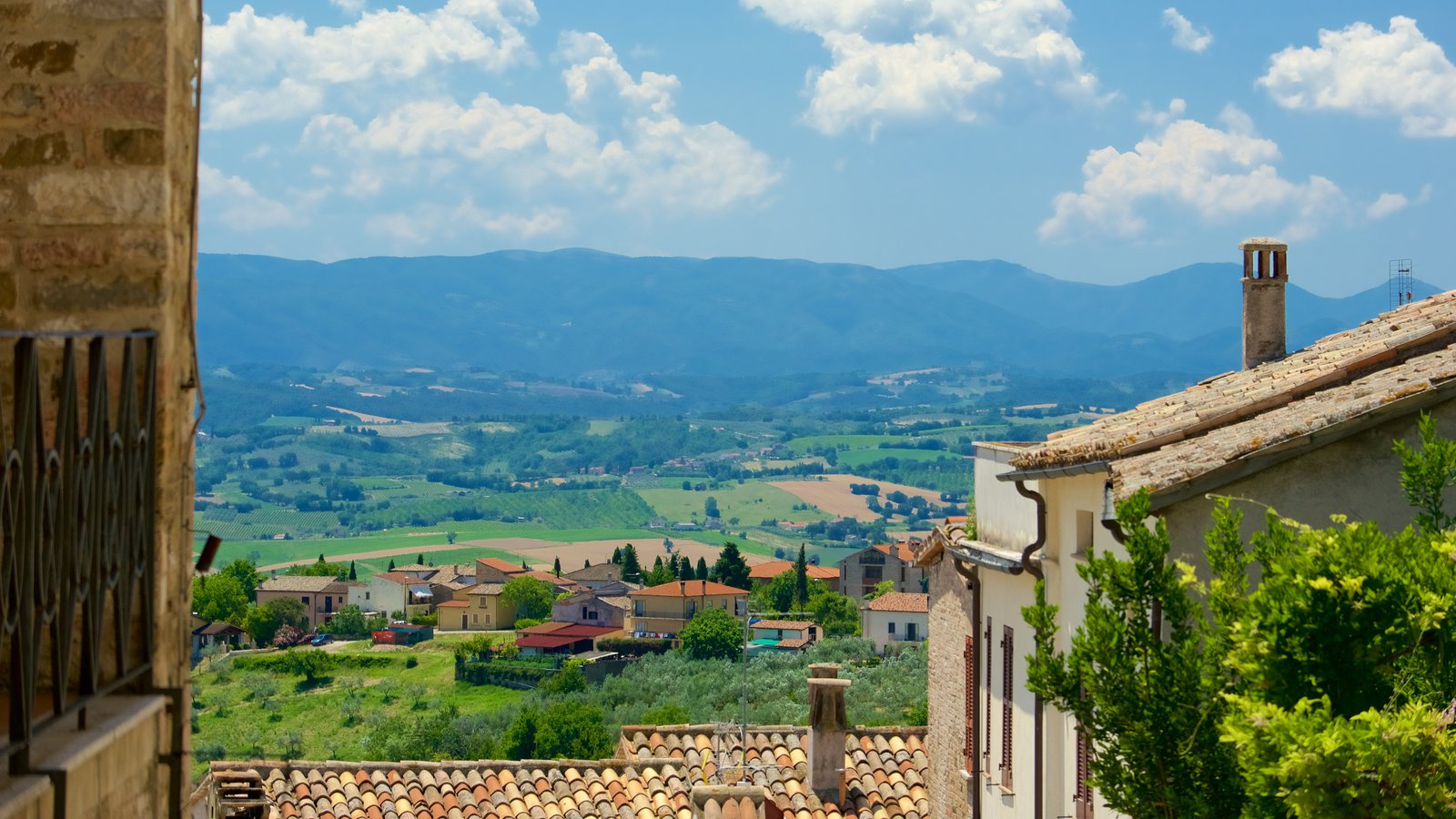 Montefalco showing landscape views and heritage architecture