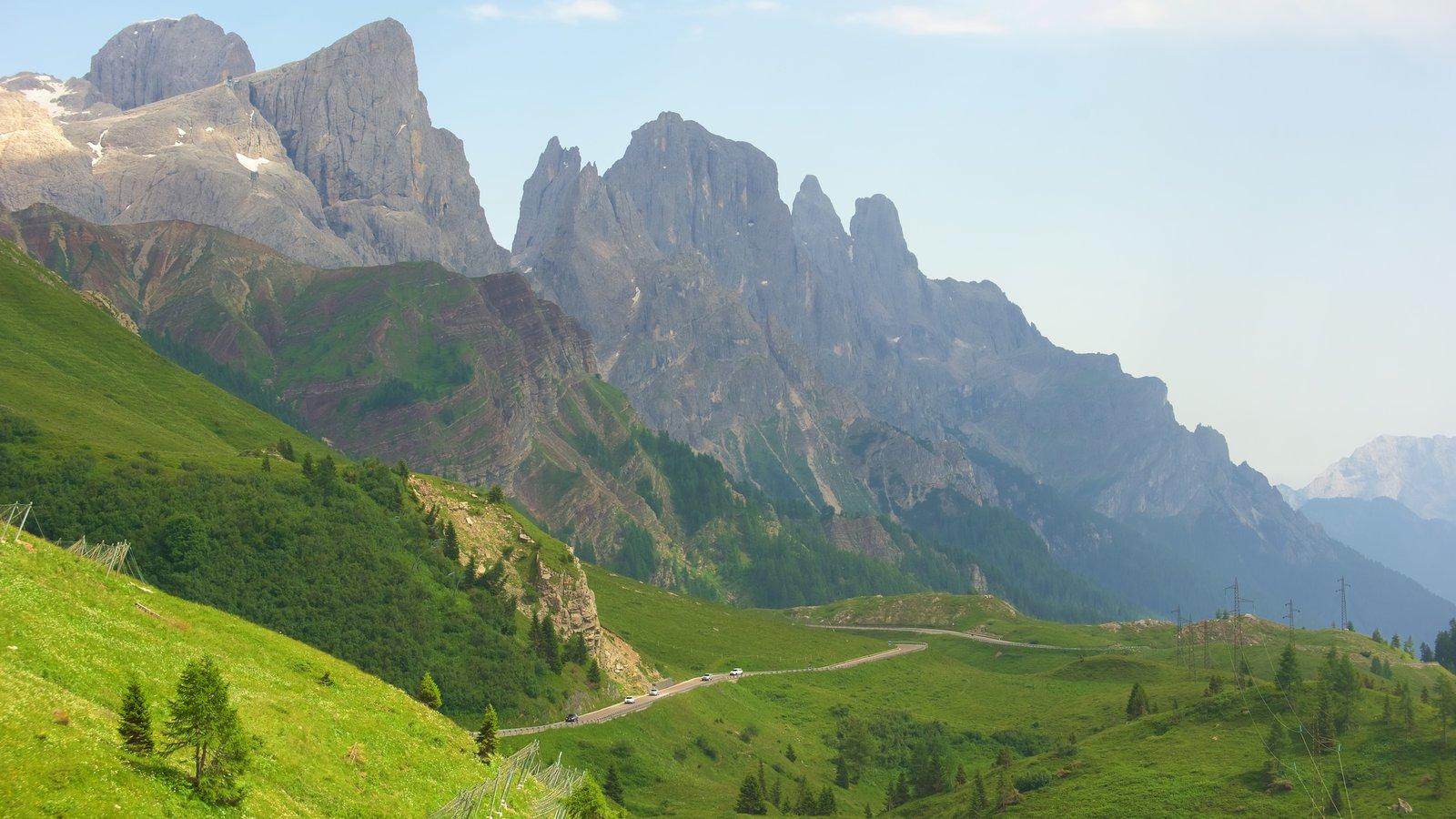 Passo Rolle mostrando montañas y escenas tranquilas