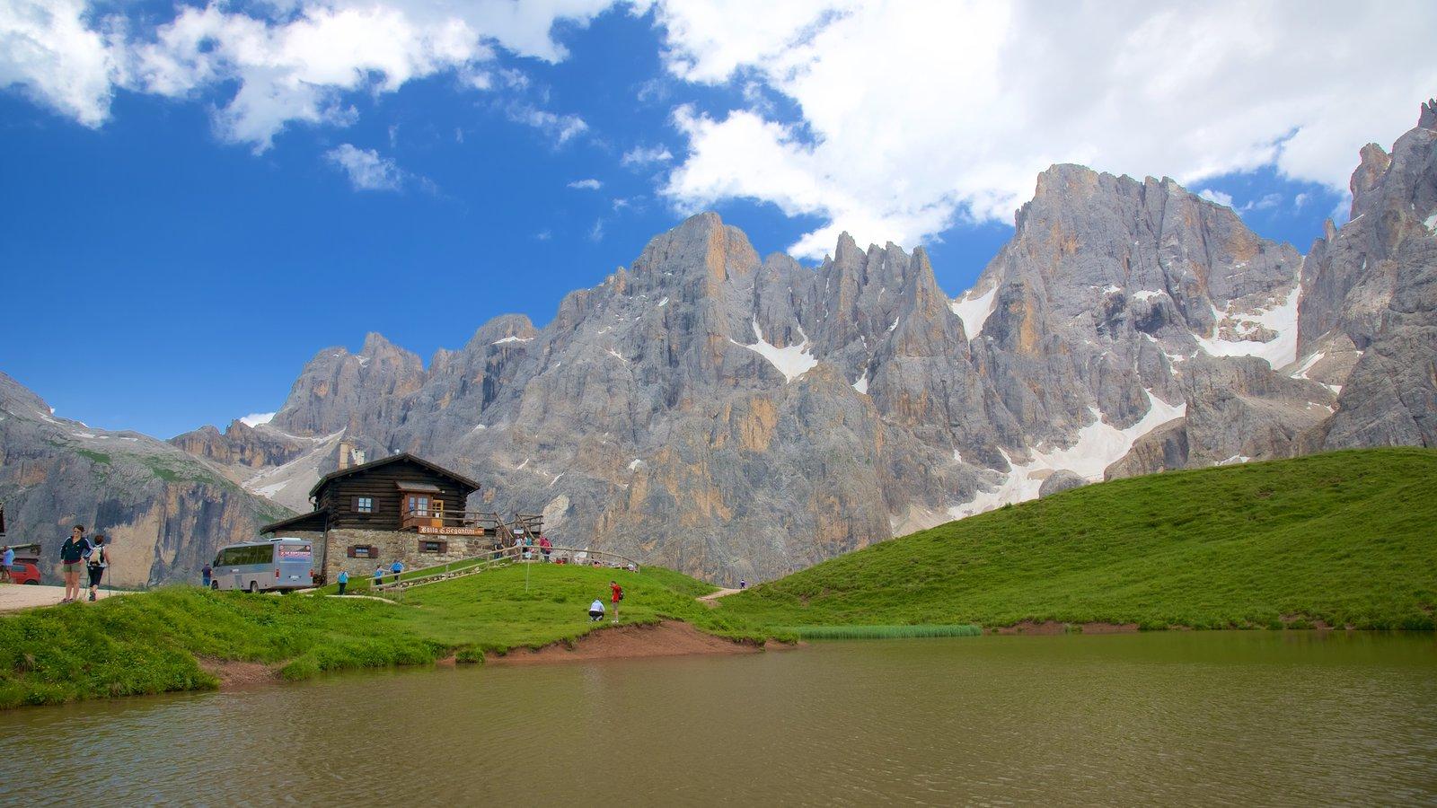 Passo Rolle que incluye un lago o abrevadero y montañas