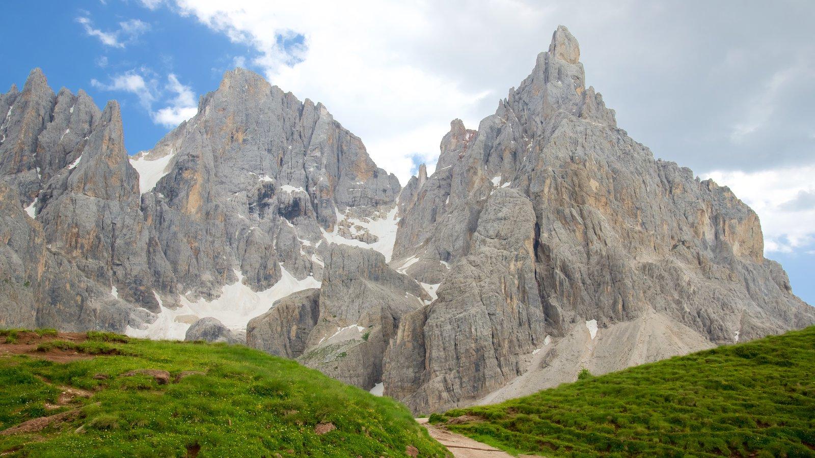Passo Rolle ofreciendo montañas