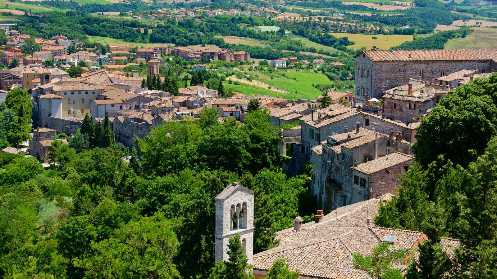 Todi ofreciendo una pequeña ciudad o pueblo y vistas de paisajes