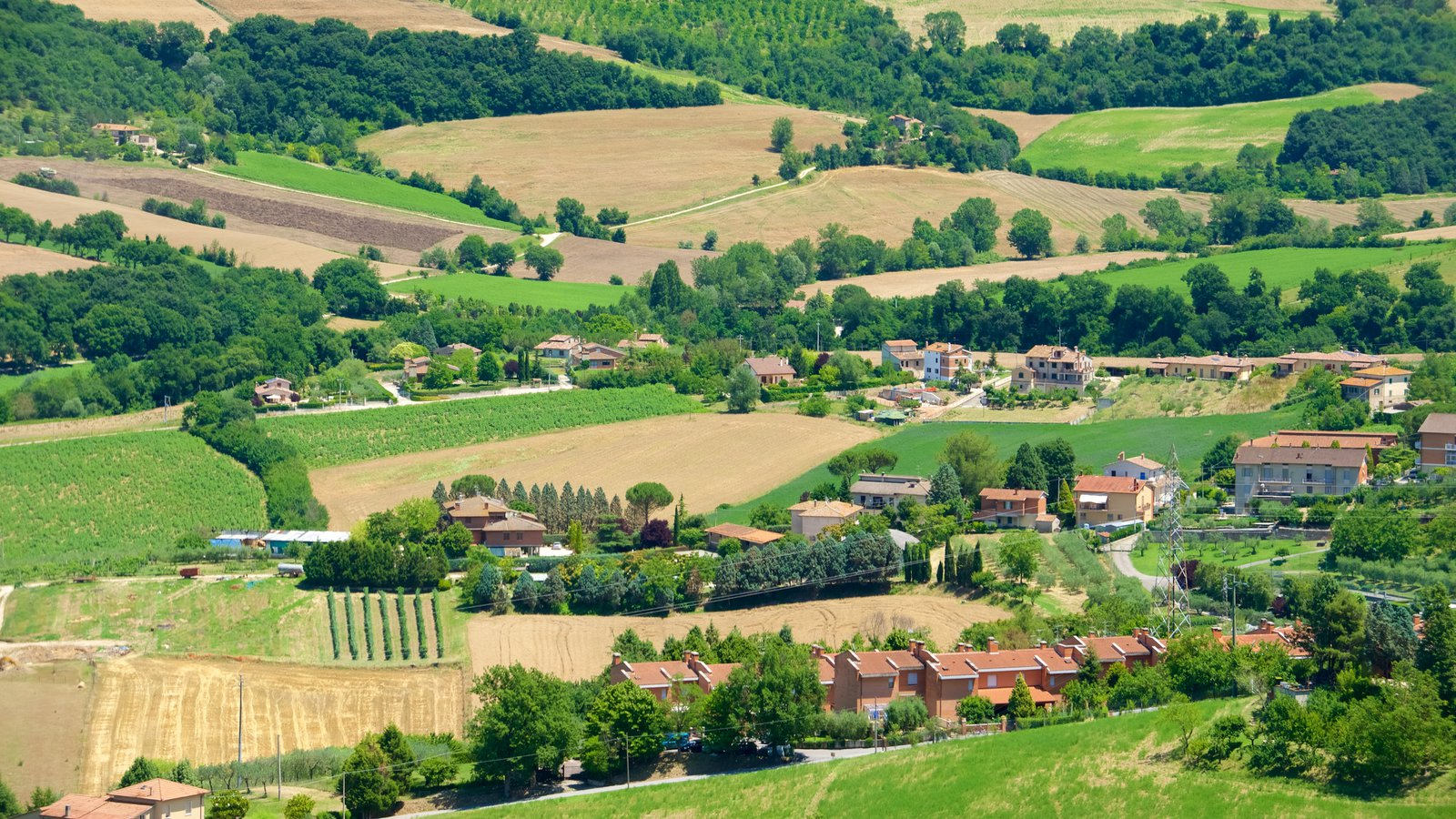 Todi que incluye una pequeña ciudad o pueblo y tierras de cultivo