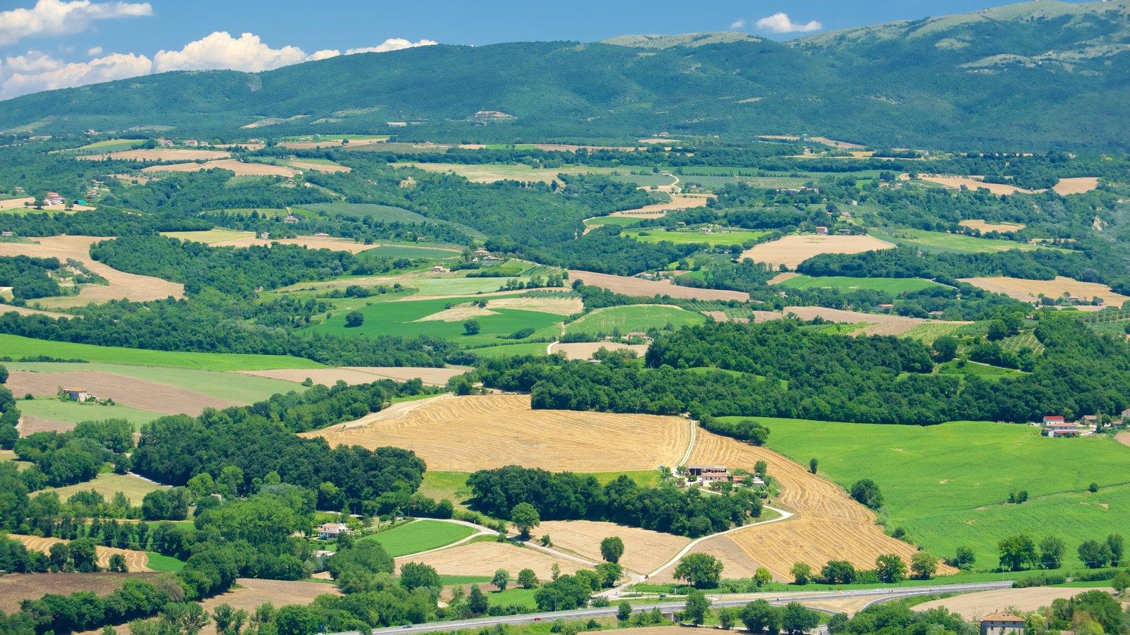 Todi que incluye una pequeña ciudad o pueblo, vistas de paisajes y tierras de cultivo