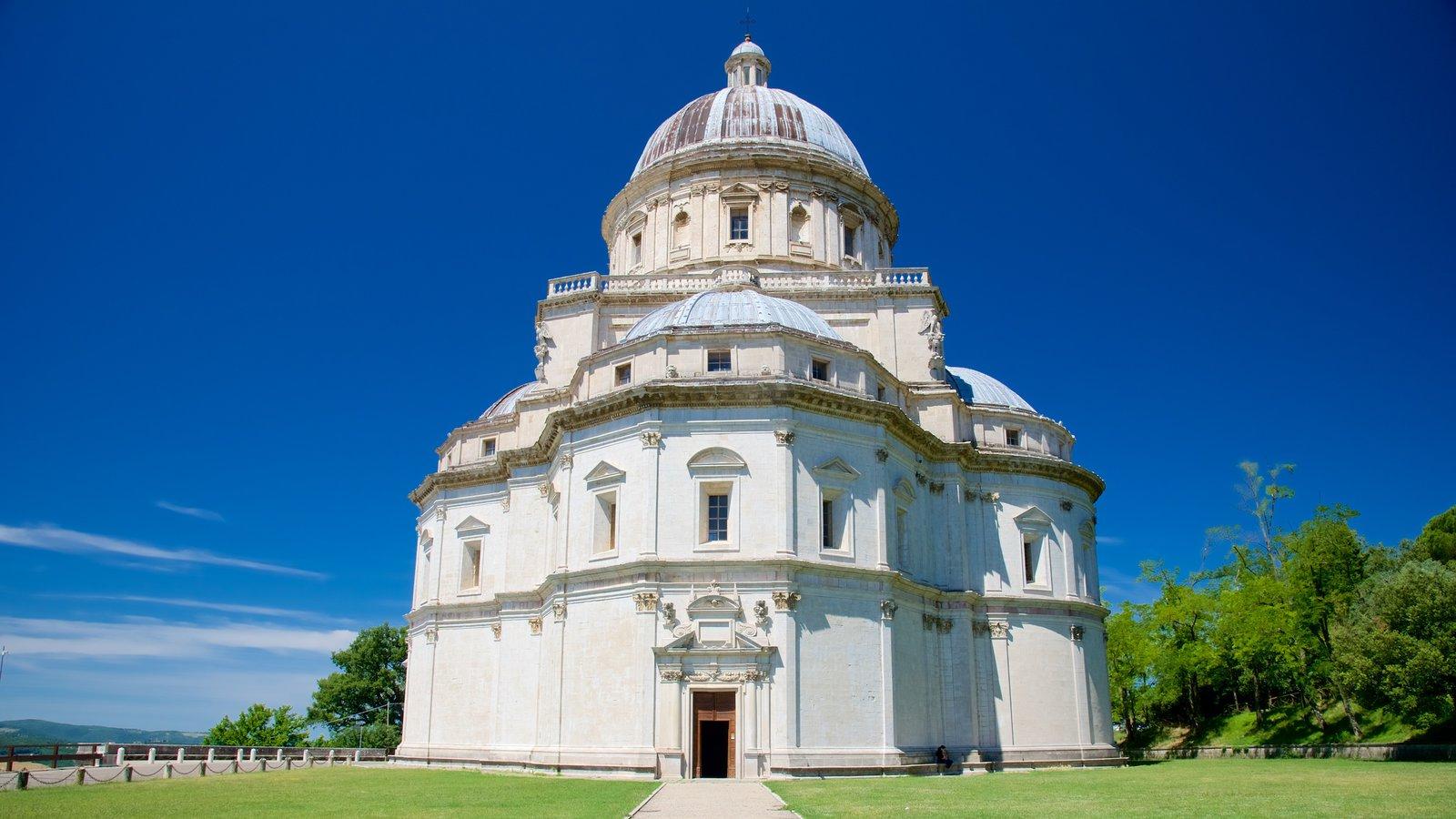 Santa Maria della Consolazione ofreciendo una iglesia o catedral y patrimonio de arquitectura