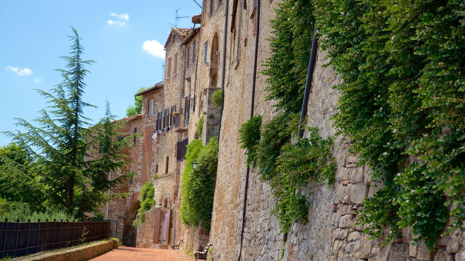 Todi ofreciendo una pequeña ciudad o pueblo y patrimonio de arquitectura