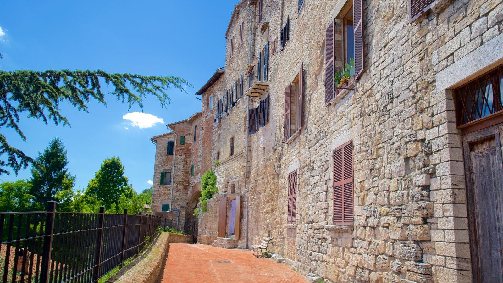 Todi que incluye patrimonio de arquitectura y una pequeña ciudad o pueblo