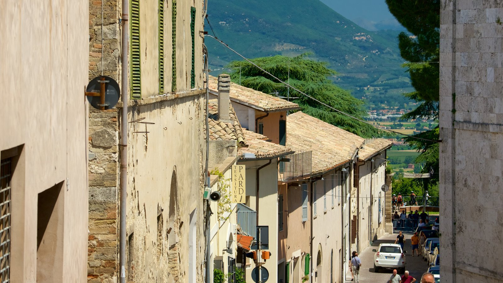 Montefalco featuring street scenes and heritage architecture