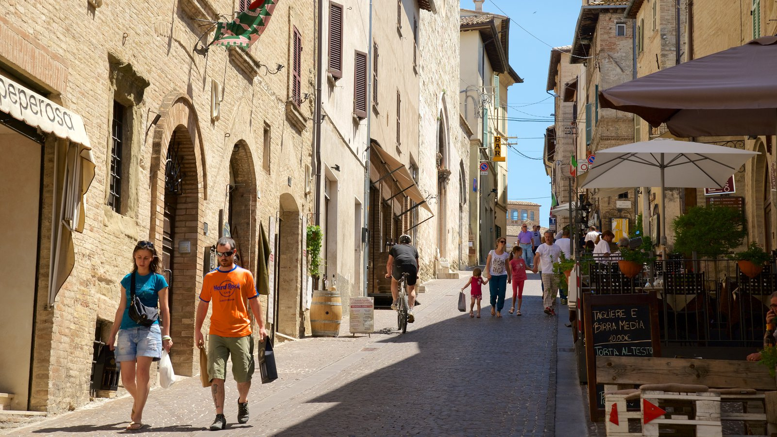 Montefalco showing cafe scenes, a small town or village and street scenes