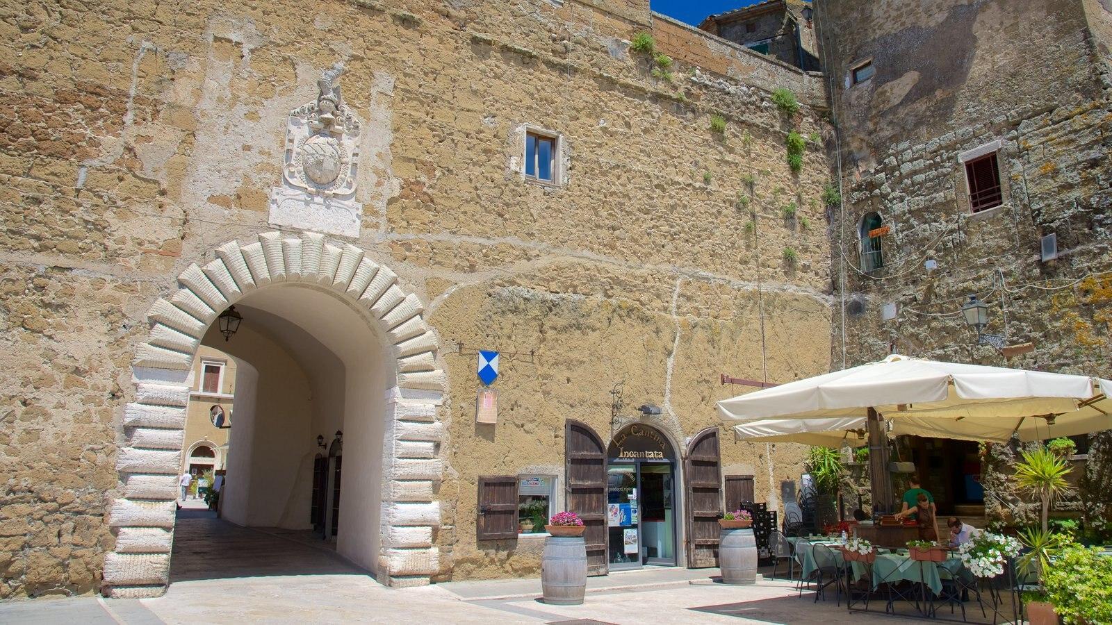 Pitigliano ofreciendo comer al aire libre y una pequeña ciudad o pueblo