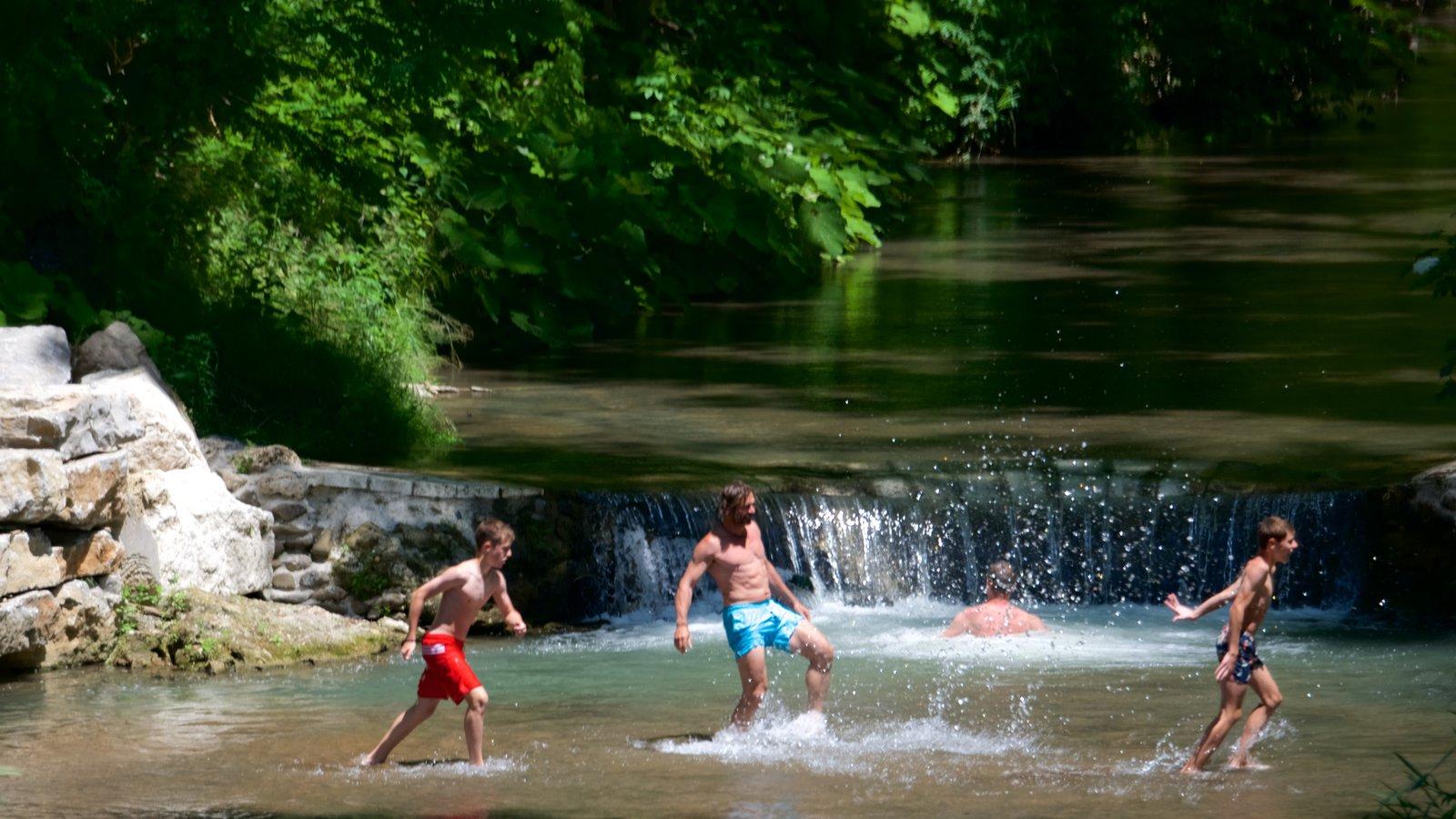 Pitigliano ofreciendo natación y un río o arroyo y también niños