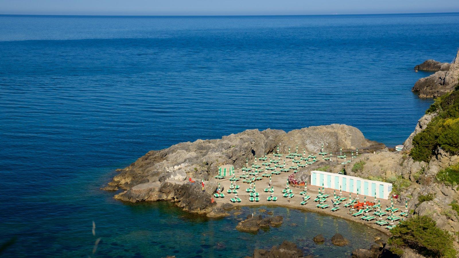Talamone que inclui paisagens litorâneas e litoral acidentado